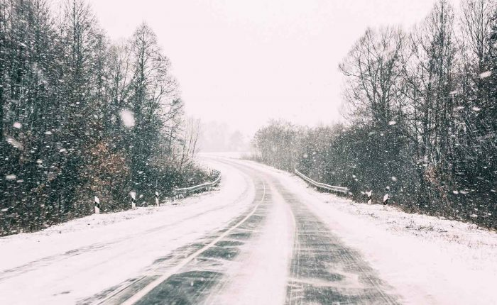 Snow Covered Open Road During A Winter Snowstorm Pjl5bcv